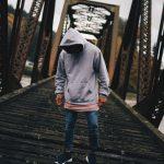 Het dragen van een hoodie